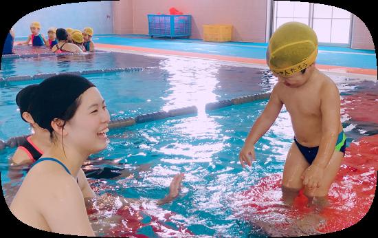 プールでレッスンを受ける園児