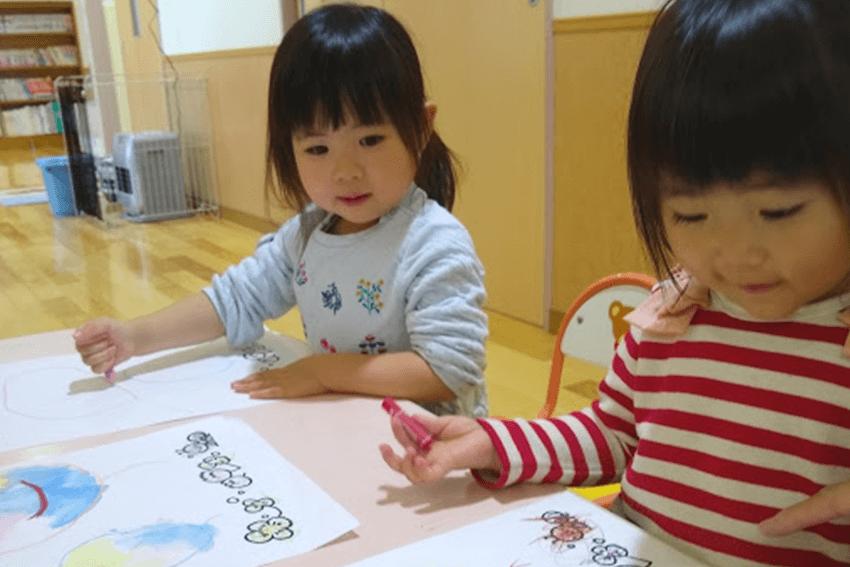 教室で絵を描いて遊ぶ子供達
