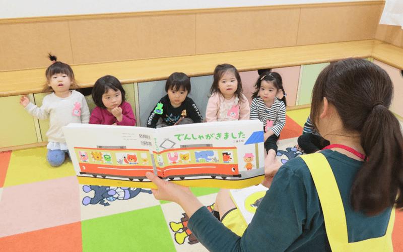 子供達に絵本を読み聞かせ