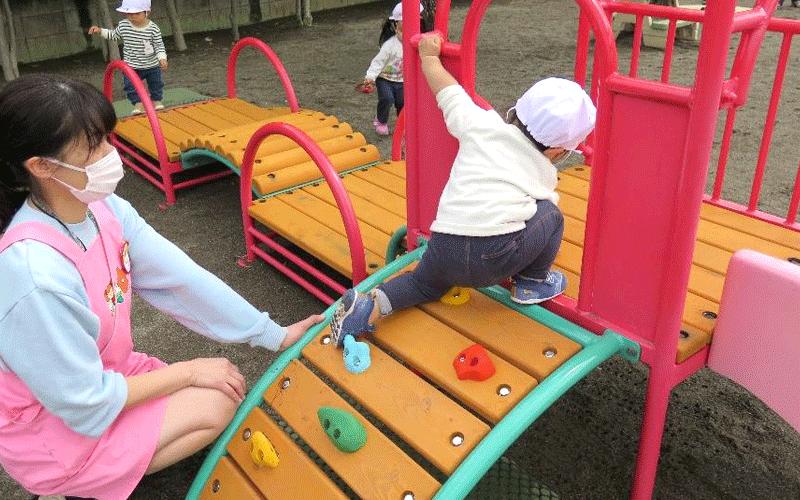 クライミングを登る子供