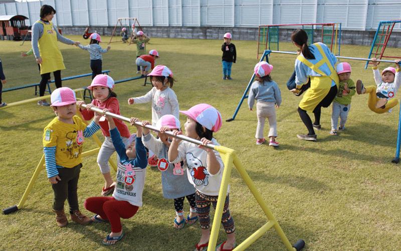 安田式遊具で遊ぶ子供たち