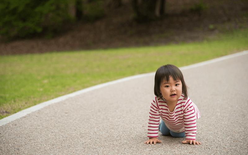 道で転ぶ女の子