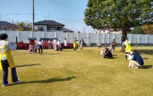 園庭で遊ぶ子どもたち