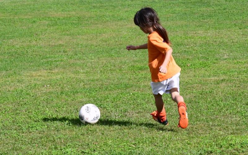 サッカーする子ども